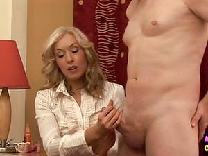Donne vestite uomini nudi