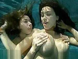 巨乳,レズビアン,水中