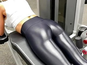 ASS IN TIGHT LEGGINGS IN THE GYM