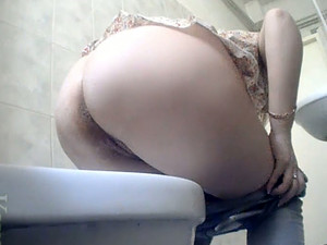 Busty Cute White Lady In The Toilet Room Got Her Ass Filmed On Cam