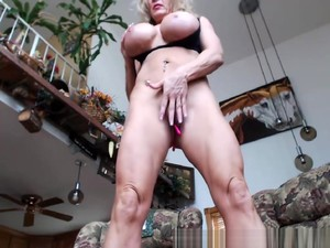 Muscle MILF Doing A Workout On Cam...