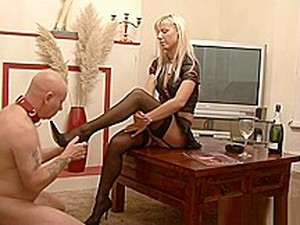 Amazing British Mistress And Her Foot Gimp. Great Vid!! What A Body!