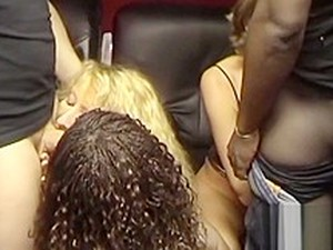 2 Lesbiennes Teen Et Milf En Voiture