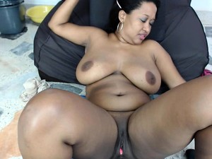 Dark Skinned Plumper Makes Her Pink Honey Hole Creamy With