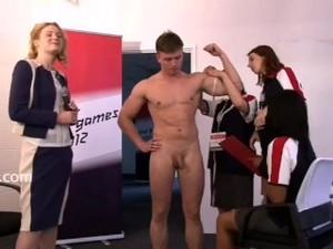 CFNM Alexander 游泳选手被一群女教练体检耻辱到射精了