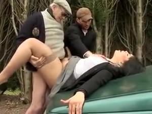 Couple Libertin Exhibitionniste Se Font Des G�teries Dans Le Taxi Et Finissent Par Exciter Papy Pervers Le Chauffeur, Qui Par Chance Va Pouvoir Participer � Leurs �bats.