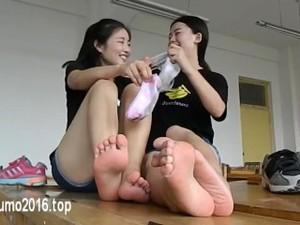 突出重围 羽元两位女学生教室脱下脏脏的原味棉袜裸足