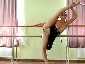 Amazingly Flexible Ballerina Shows Off Her Moves In The Nude