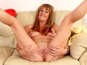 British Gilf Pandora Works Her Old Fanny With Vibrator