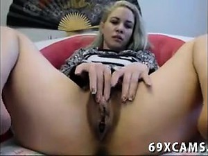 Amateur Teen Rubs Her Hairy Clit Live