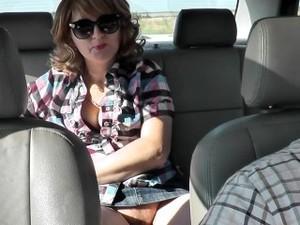 Водитель такси трахнул пассажирку в машине. Под юбкой без трусов на публике