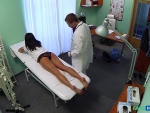 Brunete,Cupluri,Doctor,Examen medical,Uniforma
