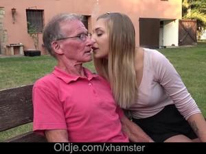 Пара,Дедушка,Старые с молодыми,На природе,На публике