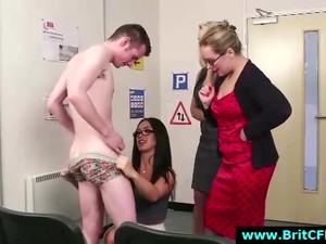 Femme habillée homme nu