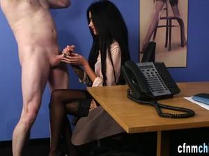 英国色情,穿衣服的女孩对裸男,女生控制,恋物