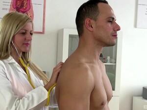 Rambut pirang,Pasangan kekasih,Dokter medis,Perawat,Ruang kantor