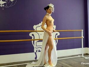Attractive Flexible Ballerina Irina Brovkina Exposes Her Inviting Pussy