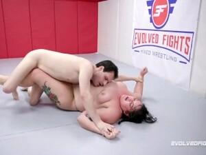 Büyük güzel,Kadın dominasyonu,Gerçek,Oyuncaklar,Güreş