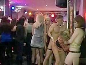 穿衣服的女孩对裸男,聚会