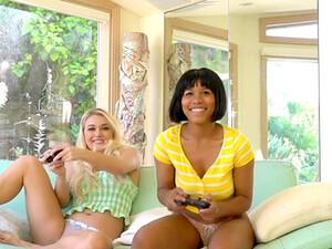 Gadis cantik,Boneka seks,Dengan dua wanita,Celana dalam,Tato