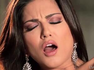 Stunning Beauty Sienna Leone Masturbating Her Shaved Pussy