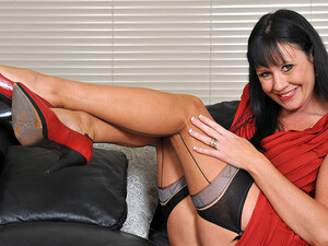 This Hot Mature Slut Loves To Get Wet On The Couch - MatureNL