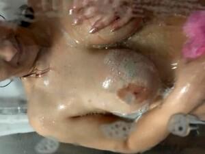 Moglie Tettona Spiata Sotto La Doccia Con Pompino