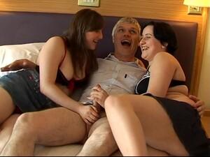 英国色情,褐发,两女一男,手淫,自然