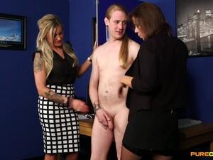Homem nu e mulher vestido,Escritório,Pau pequeno