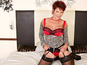 Hot British Housewife Playing With Her Dildo - MatureNL