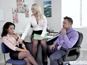 Секс втроем,Жопа,Большие сиськи,С двумя телками,Офис