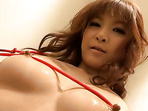 Hell Seductive Babe Oils Up Her Gorgeous Body And Exposes Her Fuck Holes Closeup
