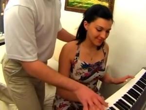 Profesor De Piano Seduce Joven