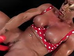 Mature Muscle Woman Enjoy Sex Toy