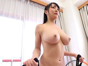 Hanyuu Arisa Is A Naked Babe Who Loves Stretching Her Hot Body