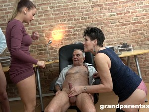 Amateur Mature Granny And A Teen Babe In A Foursome
