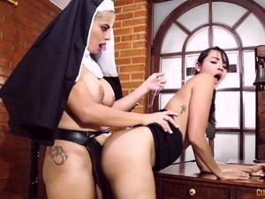 修女,捆绑式假阴茎