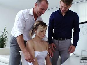Niedlich,Tschechischer Porno,Doppel anal,Doppel penetration,Büro,Schülerin