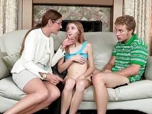 بنتين مع شاب
