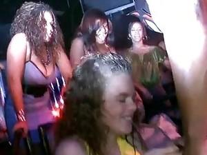 穿衣服的女孩对裸男,俱乐部
